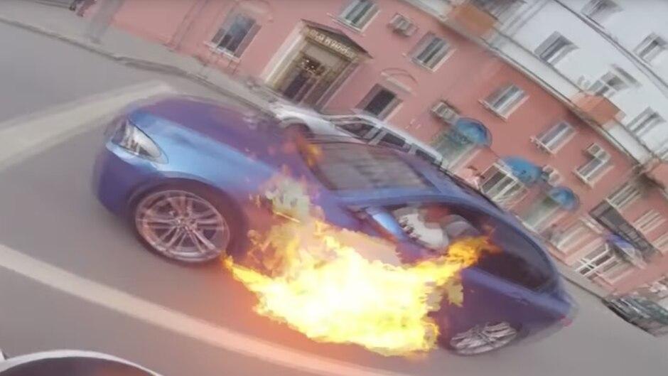 An einer Ampel schlagen plötzlich Flammen unter dem BMW M5 hervor