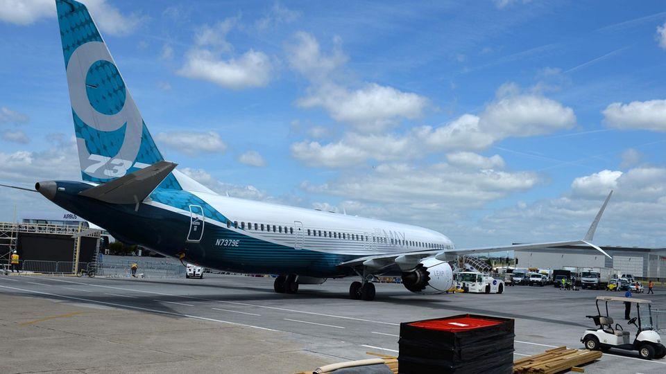 Eine Boeing 737-MAX-9 erreicht die Luftfahrtmesse nahe Paris