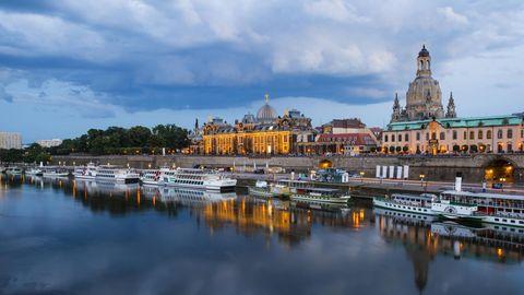 Die Dresdner Altstadt vom Wasser aus betrachtet. Bosch und Philip Morris bauen zwei große Werke in der säschischen Metropole.