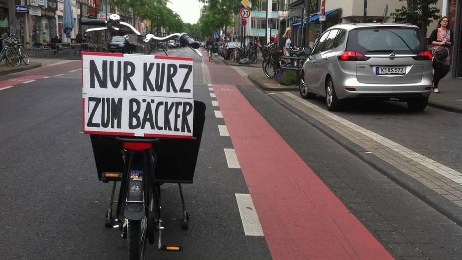 Radfahrer parkt mitten auf der Straße