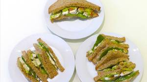 Hühnchen-Salat-Sandwich in drei Portionsgrößen. Abnehmen (oben), Gewicht halten (links), Zunehmen (rechts).