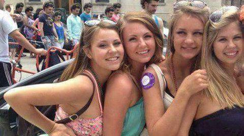 Rätsel: Vier Frauen im Vordergrund, doch im Hintergrund sind alle Gesichter gleich