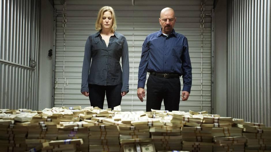 In Breaking Bad stehen Walter White und Ehefrau Skylar vor einem Geldberg