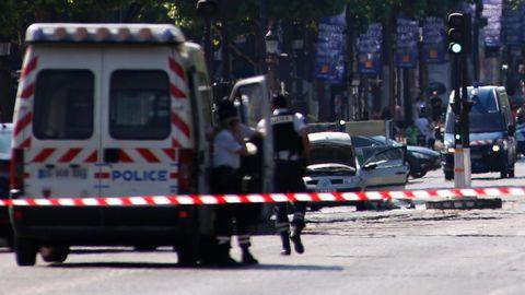 Das Auto des Täters auf dem Champs-Elysées in Paris: Ermittler fanden Sprengstoff und Waffen in dem Fahrzeug.