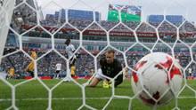 Der Ball im Netz, Bernd Leno schautunglücklich - der Torhüter patzt beim Confed Cup im Spiel gegen Australien zwei Mal