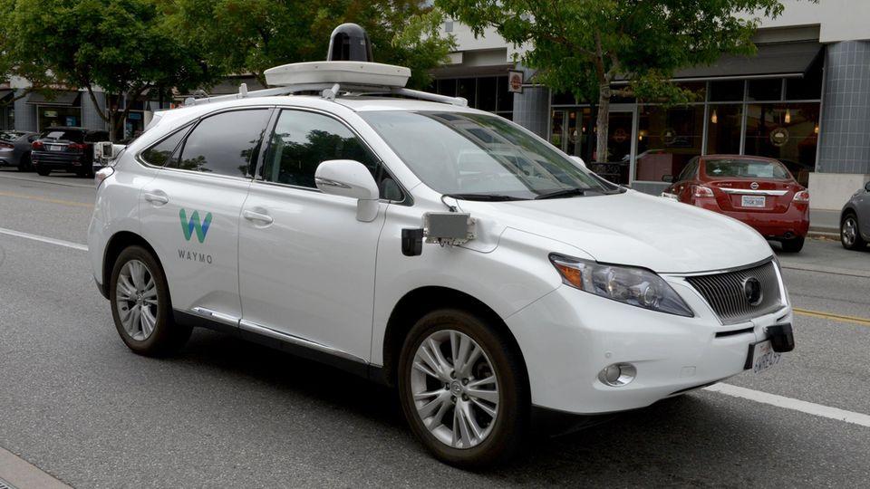 Autonomes Fahren: Ein selbstfahrendes Auto der Marke Lexus, umgebaut von der Google Tochterfirma Waymo in Mountain View, USA.