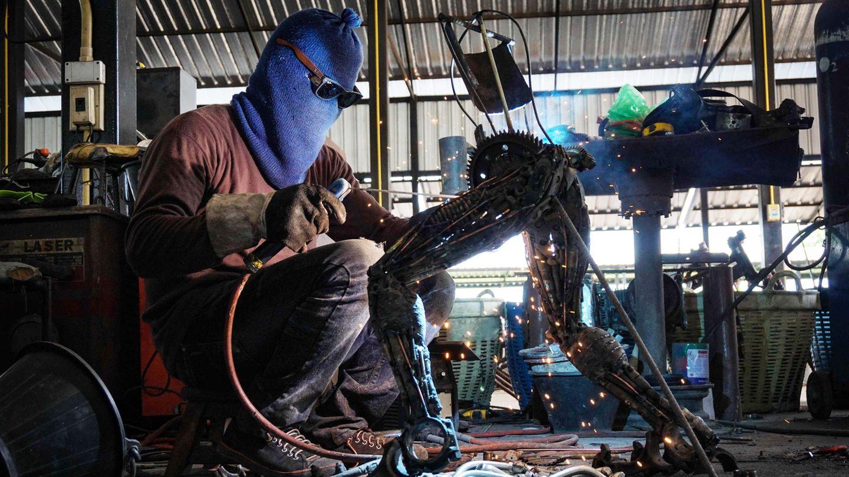 In der Metallwerkstatt: Hier entstehen die überdimensionalen Superhelden, die die Tempel retten sollen.