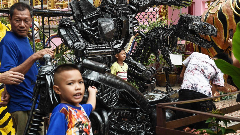 Gerade bei Kindern sind die metallischen Figuren besonders attraktiv - und die so zum Buddhismus hingeführt werden.