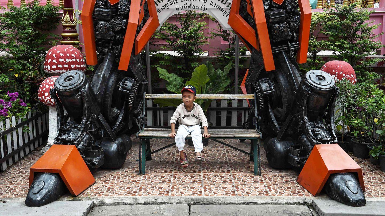 Größenvergleich: Kleine und große Helden im Tempelbezirk