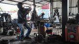 In der Science-Fiction-Werkstatt: Die Figuren wirken wie futuristische Roboter.