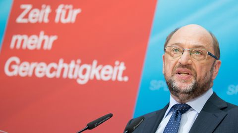 """SPD-Kanzlerkandidat Martin Schulz vor Schild """"Zeit für mehr Gerechtigkeit"""" bei der Vorstellung des Steuer-Konzepts"""