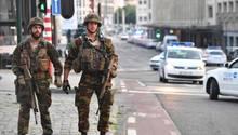 """Militär und Polizei auf dem Grand Place vor dem Hauptbahnhof im Zentrum Brüssels: Dort wurde am Abend ein Mann von Sicherheitskräften """"neutralisiert""""."""