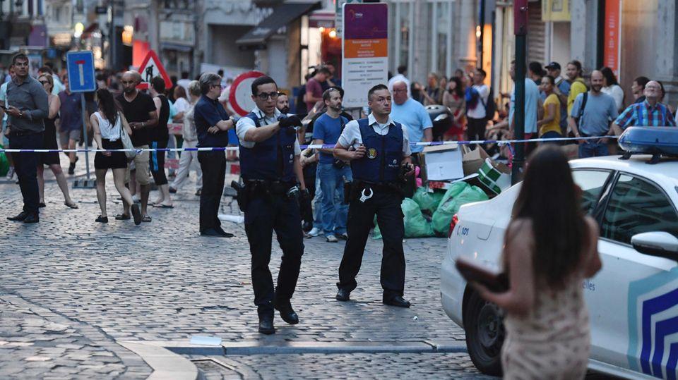 Polizei weist Menschen auf dem Grand Place in Brüssel an, sich vom Bahnhof Centraal zu entfernen