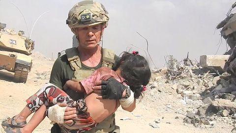 Trotz Beschuss seitens des IS, rettet David Eubank ein kleines Mädchen
