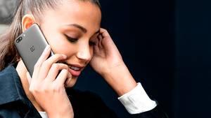 Eine junge Frau telefoniert mit dem schwarzen Oneplus 5