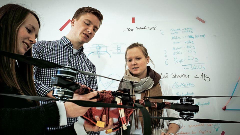 Studenten der Stader Hochschule prüfen ihre ultraleichte Drohne.