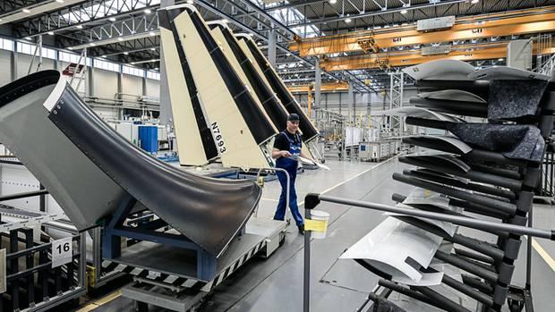 In den riesigen Airbus-Hallen lagern Seitenleitwerke aus Carbon, bevor sie zur Montage an einen anderen Standort gebracht werden. Im Flugzeugbau zählt jedes Gramm.