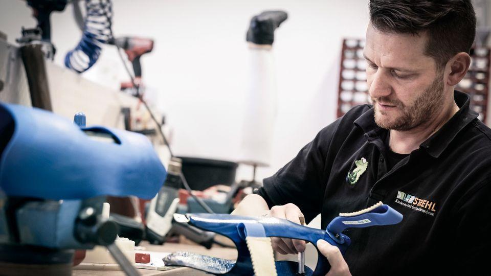 Aus Produktionsabfällen von Airbus baut ein Mitarbeiter der Firma Strehl eine Orthese, eine Stütze für Beine, Arme oder den Rumpf. Dafür ist Carbon perfekt – leicht, fest, aber biegsam.