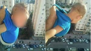 Ein Baby wird aus einem Fenster im 15. Stock in Algerien gehalten