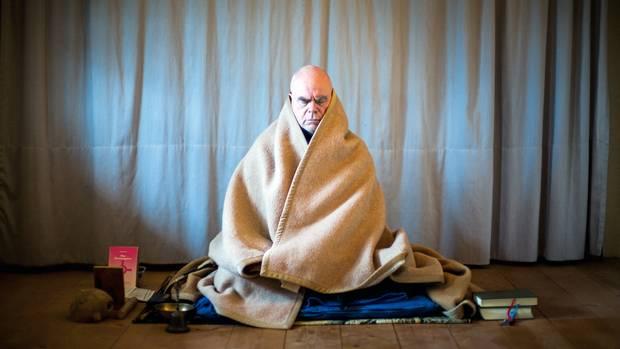 """Bruder Jakobus in Versenkung. Stundenlang sitzt er still, """"um in den Raum vor den Gedanken zu kommen"""""""