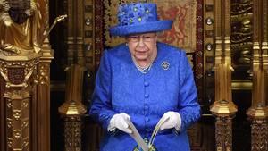 Die britische Königin Queen Elizabeth II eröffnet im House of Lords im Westminster Palace die Sitzungsperiode des Parlaments