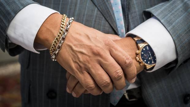 """Ein Mann, der sich sein Auftreten was kosten lässt: Um sein Goldkettchen weiter tragen zu können, hat Claassen """"einen Multimillionenjob"""" sausen lassen."""