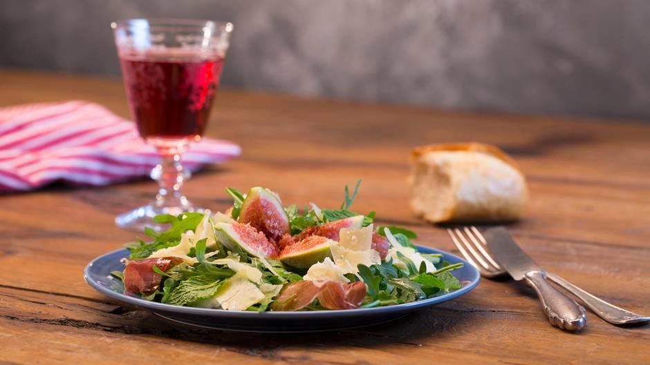 Köstliches Sommerrezept: Nicht nur bei Hitze ein Genuss: Rucolasalat mit Feigen, Mozzarella und Parmesan