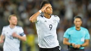 Davie Selke salutiert nach seinem 1:0 für die U21 gegen Dänemark bei der EM in Polen