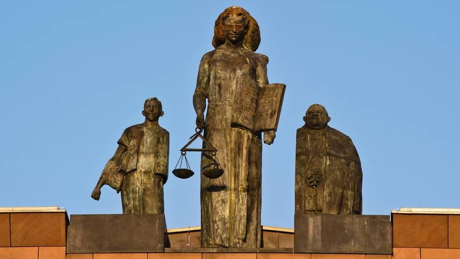 Justizia auf dem Landgericht Darmstadt - Eine Mann, der seine Frau angezündet hat, muss lange ins Gefängnis