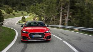 Die Front des Audi RS 5 Coupe ist deutlich breiter als das Basismodell