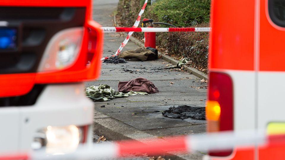 Abgesperrter Tatort umringt von Einsatzfahrzeugen in Kiel.