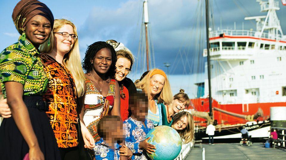 """Delali Assigbley mit ihren beiden Söhnen und ihren Freundinnen bei einem Fototermin für das Projekt """"Sisters"""" am Kieler Hafen im Sommer 2016"""