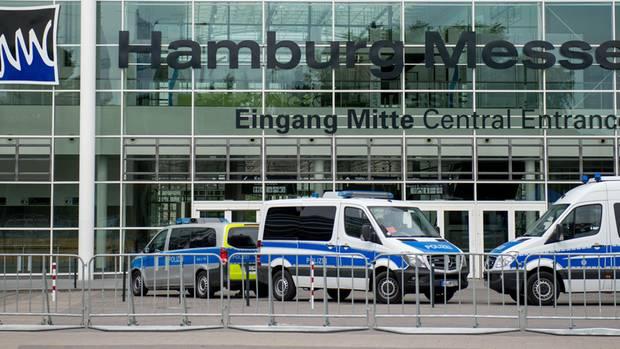 Start des G20-Großeinsatzes: Einsatzwagen der Polizei stehen vor dem Eingang der Messehallen in Hamburg