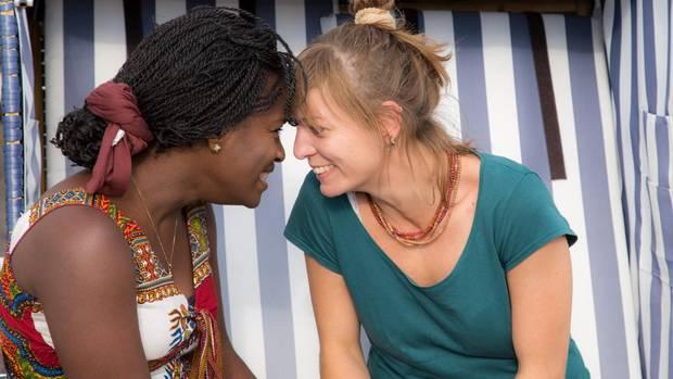 Dela mit ihrer Kollegin und Freundin Pia Duitsmann. 2016 reisten die beiden Frauen zusammen nach Togo