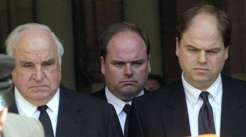 Helmut Kohl mit seinen Söhnen Walter und Peter (v.l.n.r.) nach der Trauerfeier für Hannelore Kohl im Juli 2001