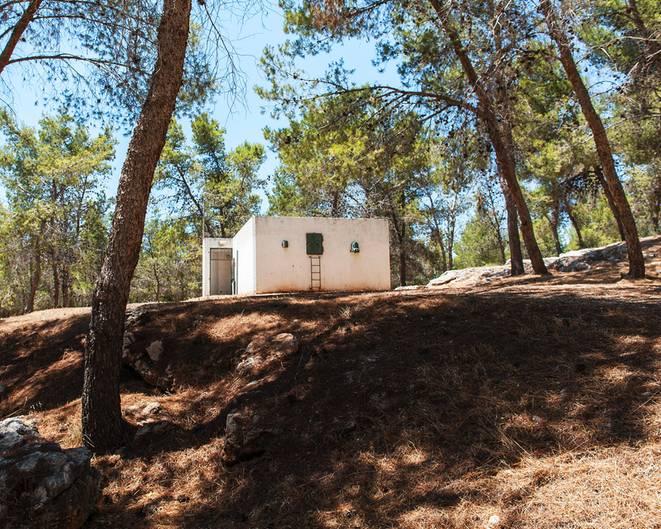 Nach israelischem Gesetz muss jeder Einwohner Zugang zu einem Schutzraum haben. Dementsprechend viele Bunker gibt es überall im Land. Die Fotos von Adam Reynolds zeugen von einem Alltag zwischen permanenter Bedrohung und entspannter Normalität.