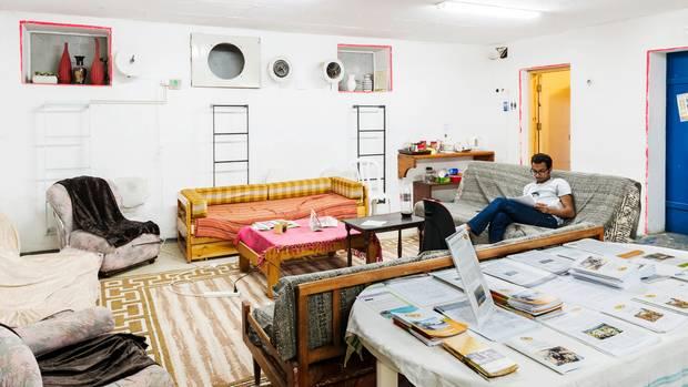 Das Menschenrechtsbüro der Organisation Dukium in Beer Sheva, die sich für das Zusammenleben von Arabern und Juden engagiert, hat seinem Bunker mit einer Sessel- und Sofa-Landschaft den Schrecken genommen.