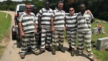 Die sechs Häftlinge, die in Georgia ihrem Wärter das Leben retteten, posieren