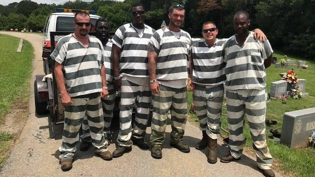 Sie hätten fliehen können: US-Häftlinge retten ohnmächtigem Aufseher das Leben