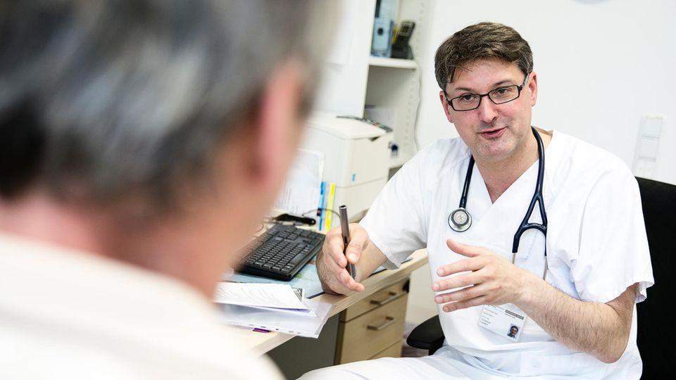 Im Gespräch nach der Untersuchung erklärt Christoph Lübbert seinem Patienten, welche Infektionskrankheiten die Ursache der Leiden sein könnten