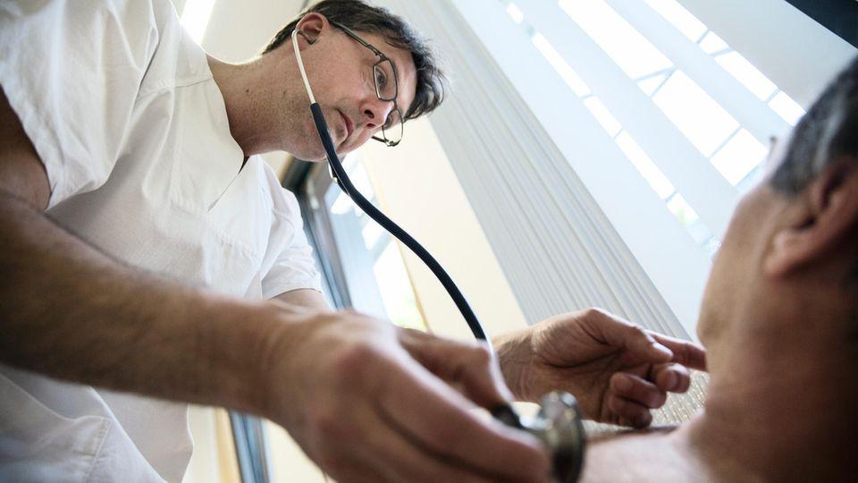 Christoph Lübbert, Infektiologe und Tropenmediziner, untersucht einen Mann, der seit Jahren an Schwindel, Kopfschmerzen und Durchfall leidet