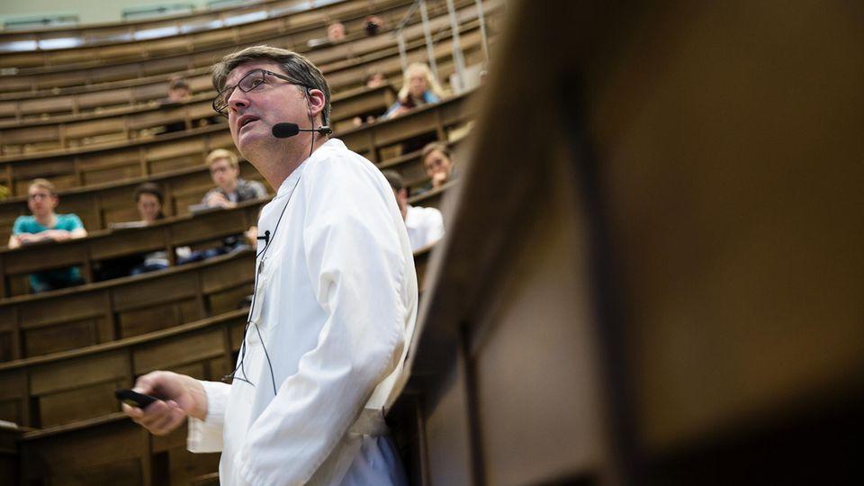 Im Hörsaal der Anatomie hält Christoph Lübbert eine Vorlesung über gesundheitliche Risiken bei Fernreisen