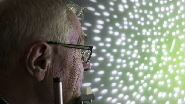 """Ausgeklügelte Untersuchungsmethode: eine Halbkugel mit Lichtpunkten; ein """"Spacecurl"""""""