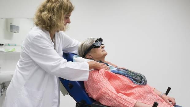 """Im """"Spacecurl"""" werden die Patienten in verschiedene Positionen gekippt. Gleichzeitig wird mit Spezialbrillen die Augenbewegung aufgezeichnet."""