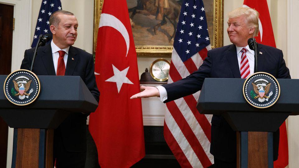 US-Präsident Donald Trump (r) reicht dem türkischen Präsidenten Recep Tayyip Erdogan die Hand.