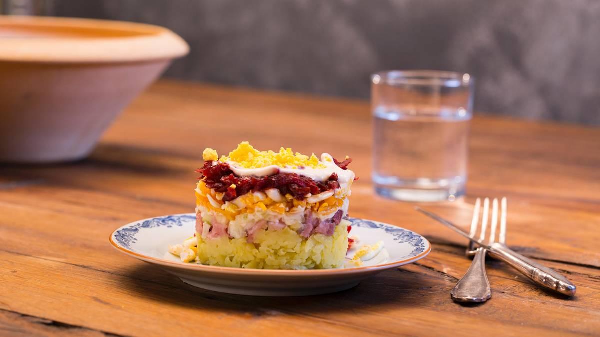 russischer schichtsalat rezept f r den salat aus der. Black Bedroom Furniture Sets. Home Design Ideas