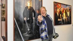Gunter Gabriel vor seinem Foto bei einer Ausstellung 2014 in Hamburg
