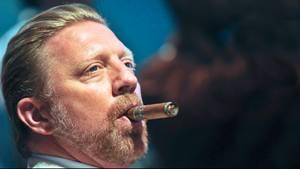 Boris Becker raucht eine kubanische Zigarre