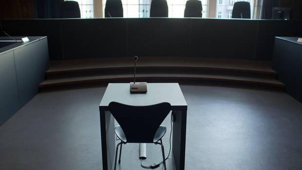 Leerer Zeugenplatz im Landgericht Schwerin - dort gestand ein falscher Polizist die Vergewaltigung eines 11-jährigen Jungen