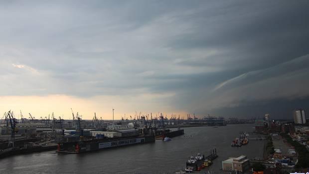Gewitterzelle zieht über dem Hamburger Hafen auf